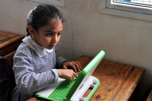 Gaza girl at study di One Laptop per Child