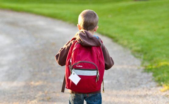 Bambino che va a scuola da solo